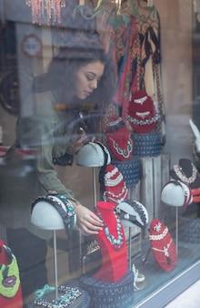 Mulher selecionando acessórios na seção de joias