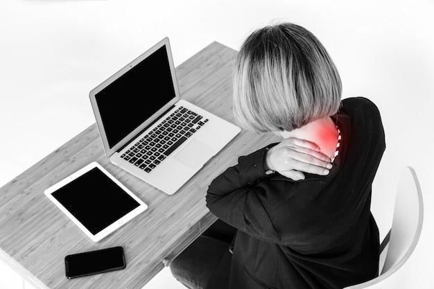 Mulher sem rosto com dor no pescoço perto do laptop