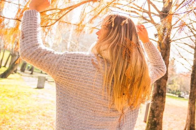 Mulher sem rosto no parque outono