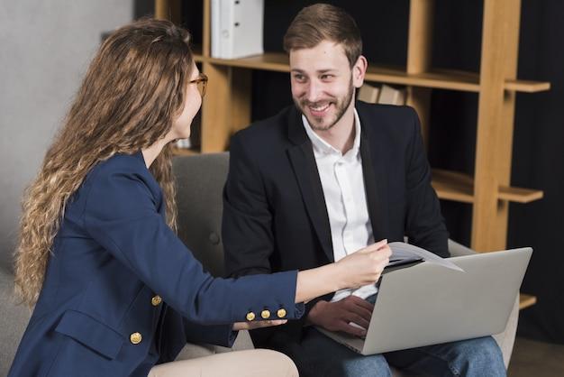 Mulher sendo entrevistada pelo homem para uma posição de trabalho
