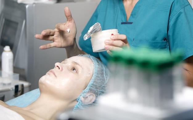 Mulher, sendo, preparado, em, um, skincare, clínica