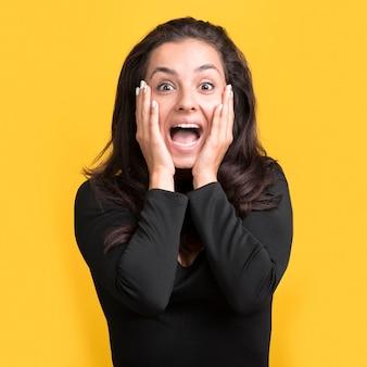 Mulher sendo surpreendida em evento de compras da black friday