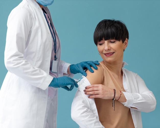 Mulher sendo vacinada de perto