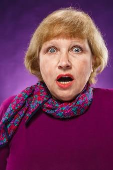Mulher sênior assustada com lenço floral
