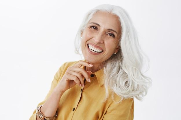 Mulher sênior bonita elegante com cabelos grisalhos sorrindo feliz