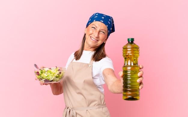 Mulher sênior bonita preparando uma salada