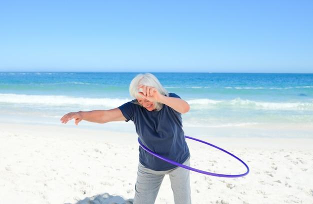 Mulher sênior brincando com seu aro