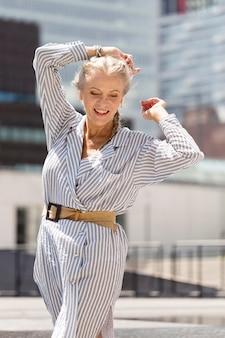 Mulher sênior com foto média ao ar livre