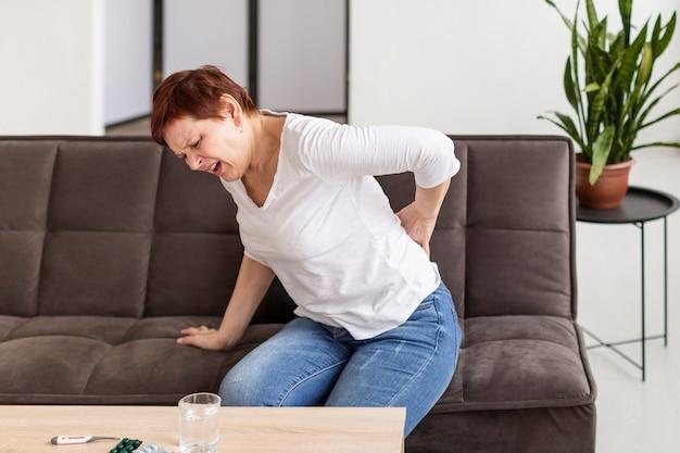 Mulher sênior com problemas médicos