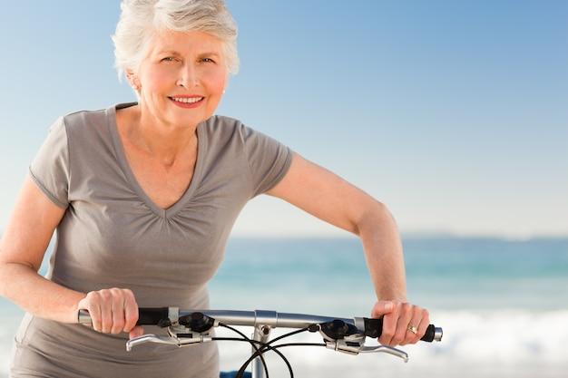 Mulher sênior com sua bicicleta