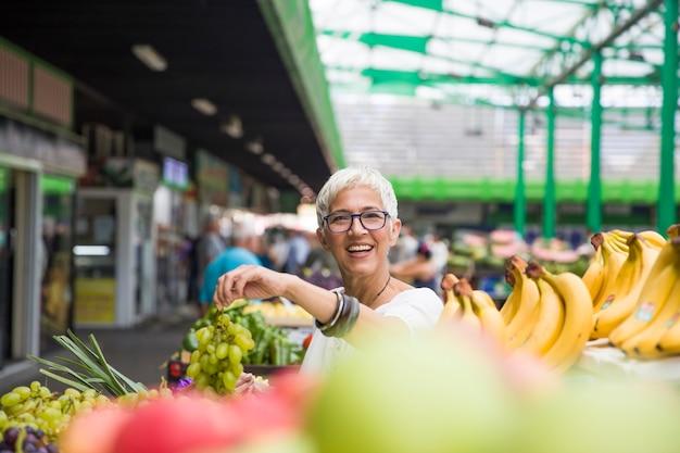 Mulher sênior, comprando, frutas, ligado, mercado