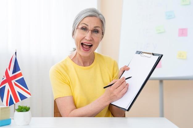 Mulher sênior dando aulas de inglês em casa
