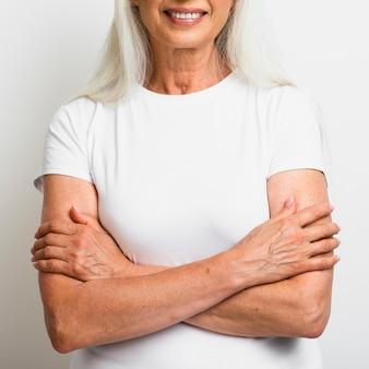 Mulher sênior de close-up com os braços cruzados