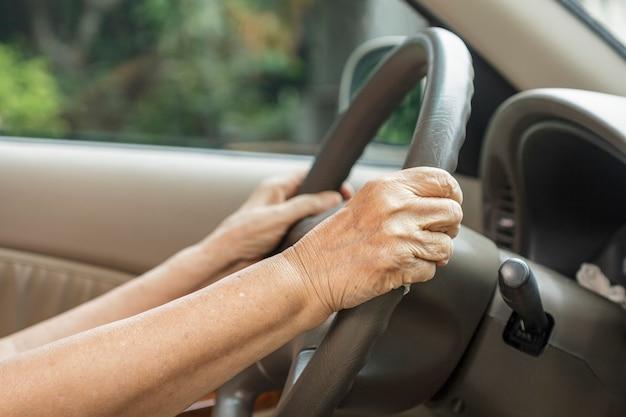 Mulher sênior dirigindo um carro