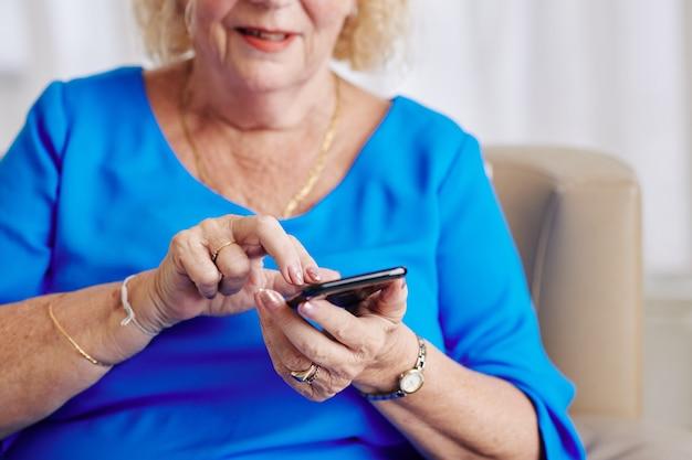 Mulher sênior discando o número de telefone