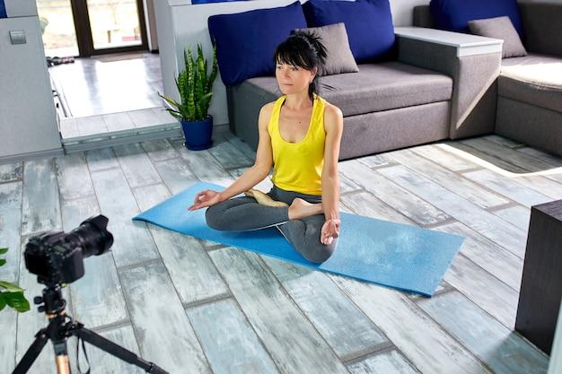 Mulher sênior do blogger, preparando o plano de treino especial para idosos.