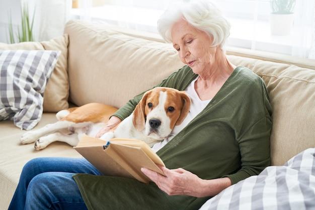 Mulher sênior e seu cachorro em casa