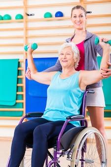 Mulher sênior em cadeira de rodas fazendo fisioterapia