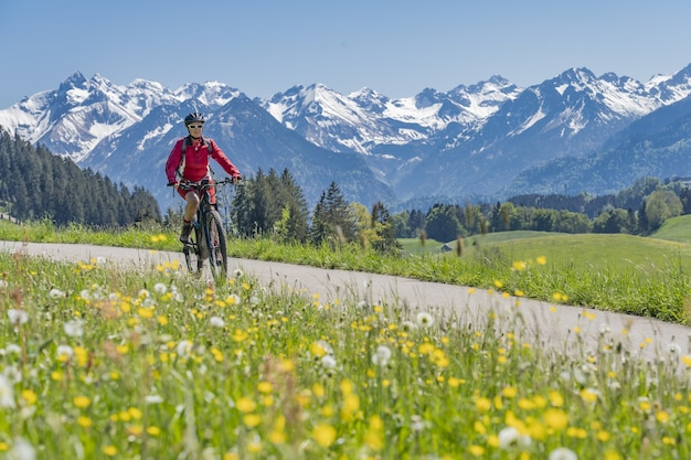 Mulher sênior em mountain bike elétrica
