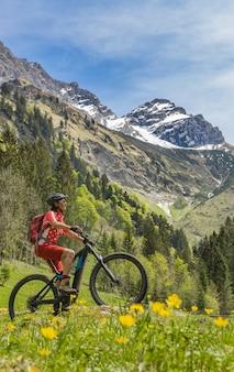 Mulher sênior em mountainbike elétrica