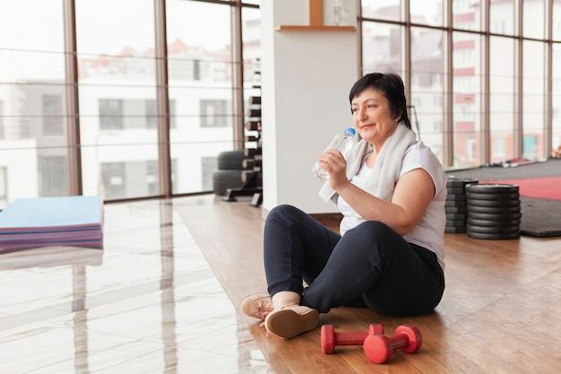 Mulher sênior em repouso após o treino