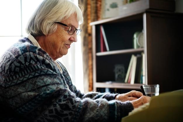 Mulher sênior, escrita uma carta