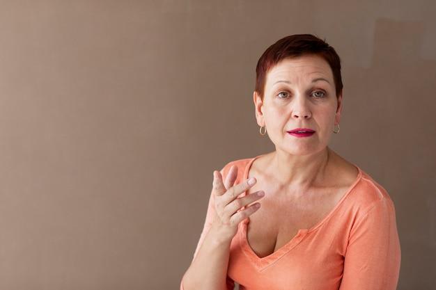Mulher sênior falando para a câmera