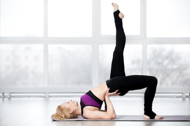 Mulher sênior fazendo exercícios de ombro