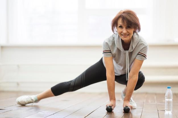 Mulher sênior fazendo exercícios