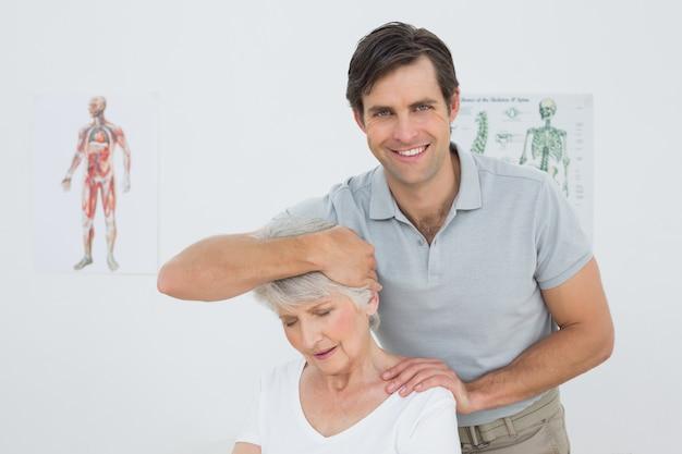 Mulher sênior, ficando o ajuste do pescoço feito