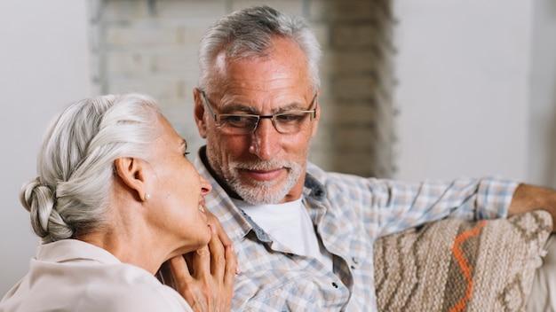 Mulher sênior, inclinando a cabeça no ombro do marido