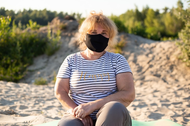 Mulher sênior no respirador de máscara protetora, surto de doença viral coronavírus covid-2019