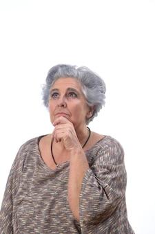 Mulher sênior pensativa