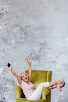 Mulher sênior, sendo feliz, com, espaço cópia