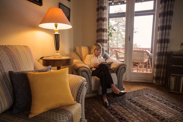 Mulher sênior, sentando, e, leitura