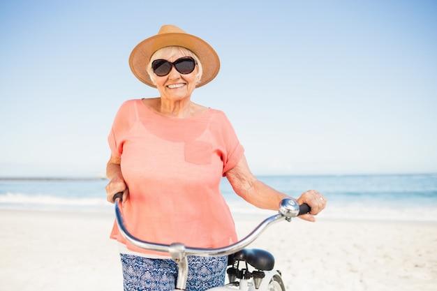 Mulher senior sorridente com sua bicicleta
