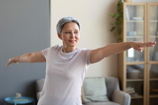 Mulher sênior treinando em casa