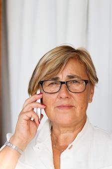 Mulher sênior, usando, telefone móvel