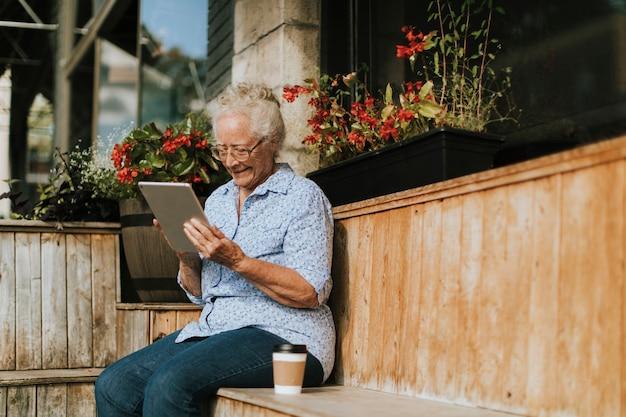 Mulher sênior, usando, um, tablete digital