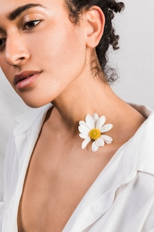 Mulher sensual, com, flor, ligado, pescoço