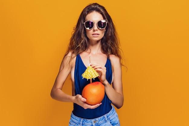 Mulher sensual com fruta suculenta