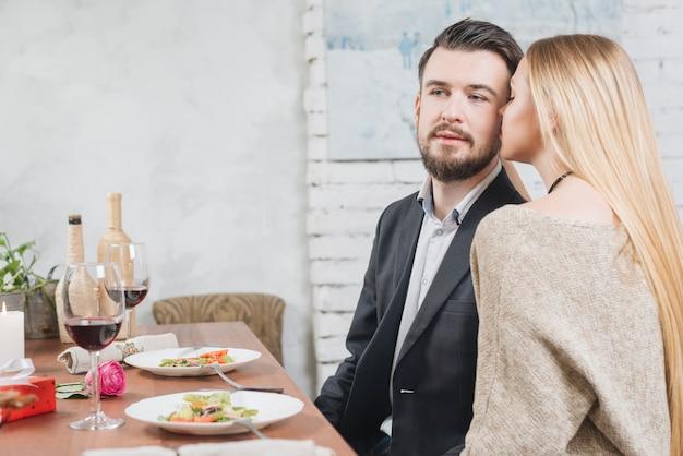 Mulher sensual com homem na mesa