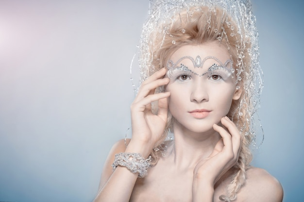 Mulher sensual com maquiagem de inverno