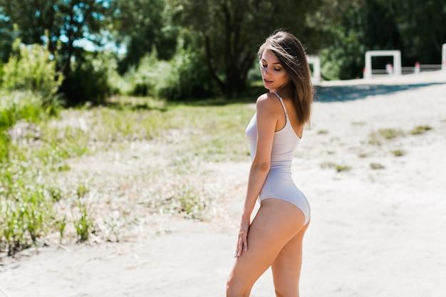 Mulher sensual em pé na praia