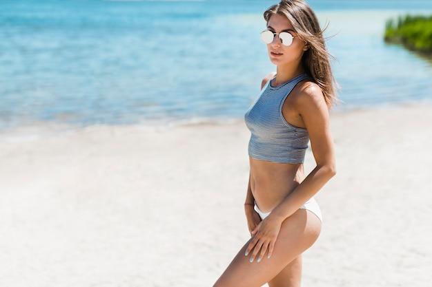 Mulher sensual em pé perto da água