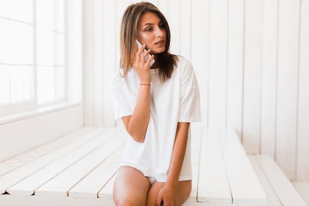 Mulher sensual falando no telefone