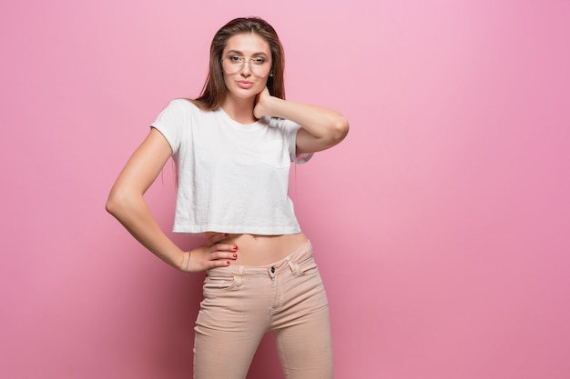 Mulher sensual moda jovem muito sexy, posando em fundo rosa, vestido com jeans de estilo hippie