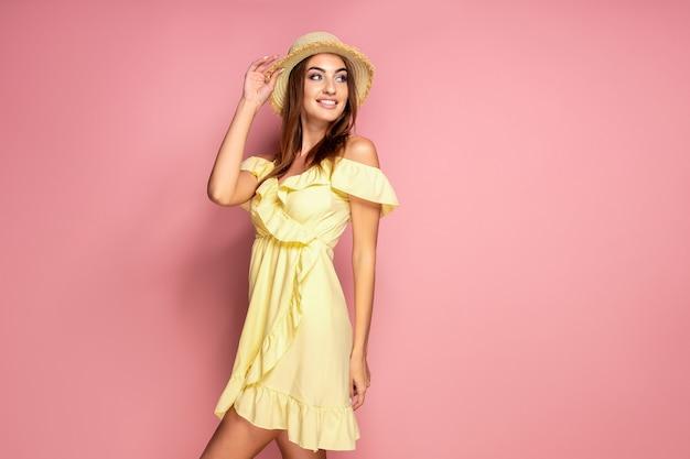 Mulher sensual no vestido amarelo