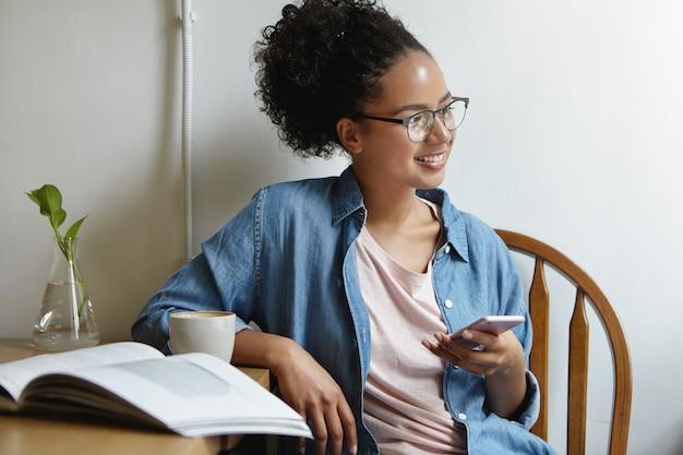 Mulher sentada à mesa com um livro