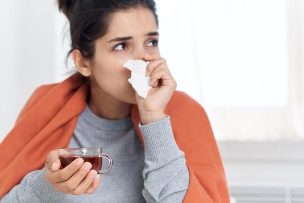 Mulher sentada à mesa e tratamento com problemas de saúde de infecção de pílulas